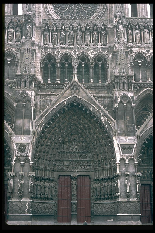 Amiens_cathedral_west_portal_central_1220-35