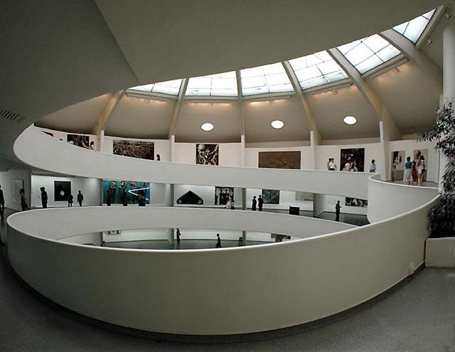 Lloyd_Wright_Guggenheim_Museum_interior_1955-59