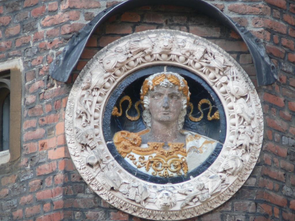 Maiano Hampton Court roundel