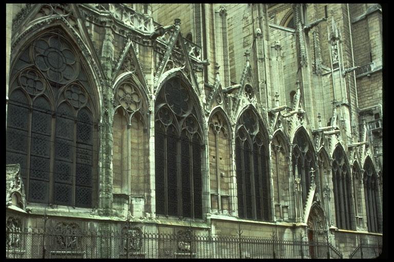 Notre_Dame_Paris_choir_chapels_1250-1270