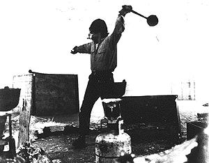 Richard_Serra_throwing_lead_1969